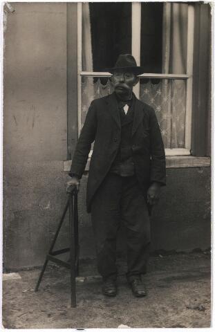 006380 - Volksfiguren. Draaiorgel.  Petrus van Keulen, bijgenaamd Peer Luijten. Hij werd geboren te Tilburg op 3 september 1855 als zoon van Johannes Baptist van Keulen en van Petronella Somers. Peer Luijten was aanvakelijk brandstoffenhandelaar en sloper van beroep. Later werd hij muzikant en trok met een klein draaiorgeltje door de straten van Tilburg. Hij vertrok naar Breda op 31 maart 1926 en werd opgenomen in het gesticht Hoogdijk 180, waar deze foto is gemaakt.