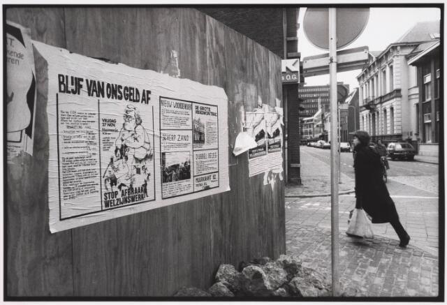 035344 - Tijdens graafwerkzaamheden dreigde het pand aan de Willem II-straat nr. 66 in te storten . Destijds bewoond door de heer van der Schoot en zijn  moeder mevrouw van der Schoot- Kruijssen. Het pand werd onmiddellijk gesloopt. Om voorbijgangers te beschermen werden houten schotten geplaatst. Op de schutting een muurkrant met de titel Blijf van mij geld af met Miet van Puijenbroek.