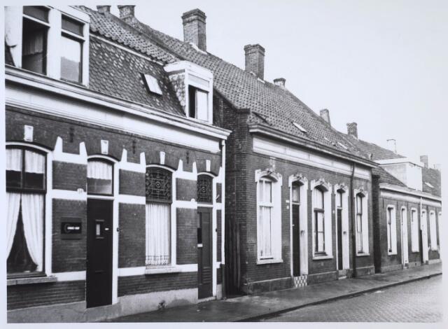 024180 - Panden in de Prinses Sophiastraat. De verhoogde drempels bij de voordeur moest wateroverlast voorkomen