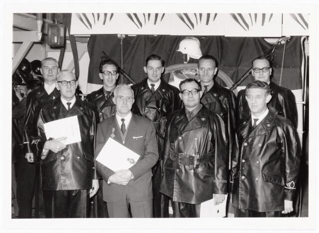 039462 - Volt, Zuid. Hulpafdelingen, Brandweer omstreeks 1965. Al de brandweerjubilarissen verenigd op een foto. In burgerkleding de heer J.J.M. van Iersel welke het zilveren kruis kreeg opgespeld. De andere heren ontvingen het bronzen kruis voor 12,5 jaar brandweerdienst. Op de voorste rij v.l.n.r.: J.P. van Lierop, J.J.M. van Iersel, C.C.M. Smulders en Th.A.A. Mes.  Op de tweede rij v.l.n.r.: G. van Peer, de eerste brandweerjubilaris die enkele jaren eerder de 25-jarige mijlpaal bereikte en nu de draagbaton kreeg uitgereikt, C.A. van Beers, J.A. van de Aa, A.E. Jacobs en A.C.J. Brekelmans.