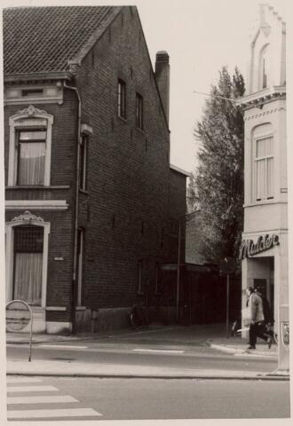 021252 - Veemarktstraat gezien vanaf de Korte Heuvel. Het witte pand rechts is van fotograaf Mulder, Bosscheweg 429.