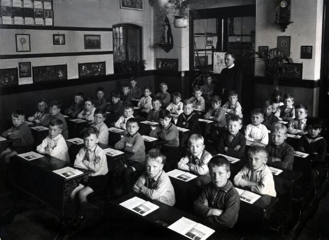 055031 - Onderwijs. Klas van de r.k. lagere jongensschool St. Paulus (Besterd).