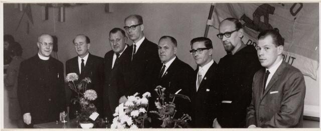 100075 - Groepsfoto van het bestuur van de E.H.B.O. ter gelegeheid van het 3e lustrum