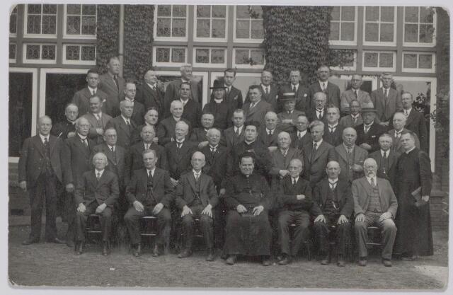 044825 - Tilburgse deelnemers aan een retraite in het retraitehuis Ignatius van Loyola te Vught.