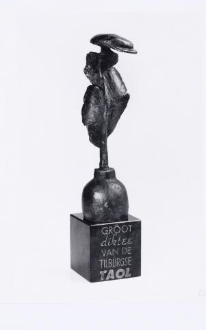 103462 - De in 1944 ingestelde Cees Robben wisseltrofee wordt beschikbaar gesteld aan de winnaar van het 'Groot Diktee van de Tilburgse Taol' een initiatief van de stichting Tilburgse Taol. De trofee werd in 1994 gewonnen door gemeente-archivaris Gerard Steijns. Op 3 november 1995 won de Tilburger Ad van Gool de trofee.
