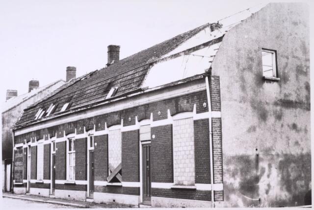 024896 - Slooppanden aan de Kwaadeindstraat in 1964, kort voor de afbraak