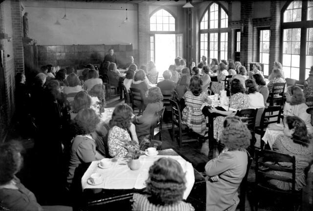 650647 - Schmidlin. Studentes luisteren aandachtig naar een toespraak in het Sint Joseph Studiehuis, juli 1948.