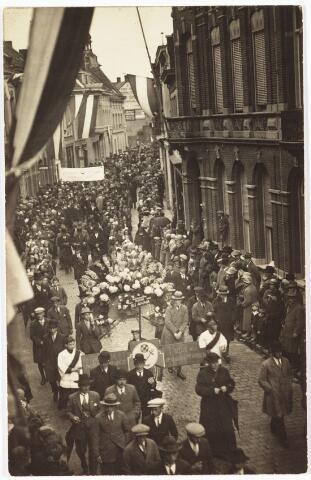 009064 - H. Hart Hulde grote stoet in Nieuwlandstraat juni 1927. op voorgrond kapelaan Smijers bloemstuk parochie St. Anna, gedragen door Mathieu van Lieshout, Pierre Eurlinks, Frans v.d. Rande, Jos Versteden.