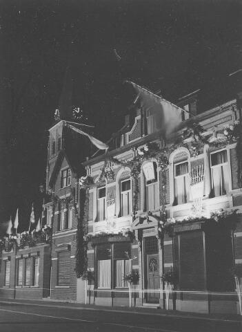 650653 - Schmidlin. Het st. Elisabethgesticht aan de Bergstraat in Goirle in feestverlichting, 1955.