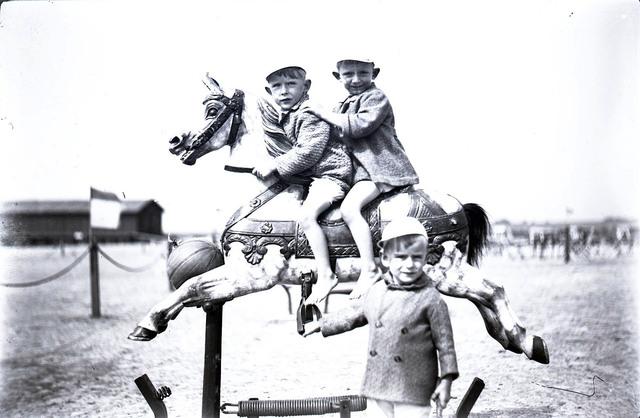 651587 - Kinderen op een carrousel paard. De Bont. 1914-1945.