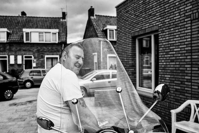 digi 1692_023 - Man met zijn Vespa scooter in het gedeelte van Tilburg dat in de volksmond bekend staat als de 'Vogeltjesbuurt'. De foto is onderdeel van een fotoserie van Anja van Eersel. Volksbuurt. Broekhoven. Groenewoud.