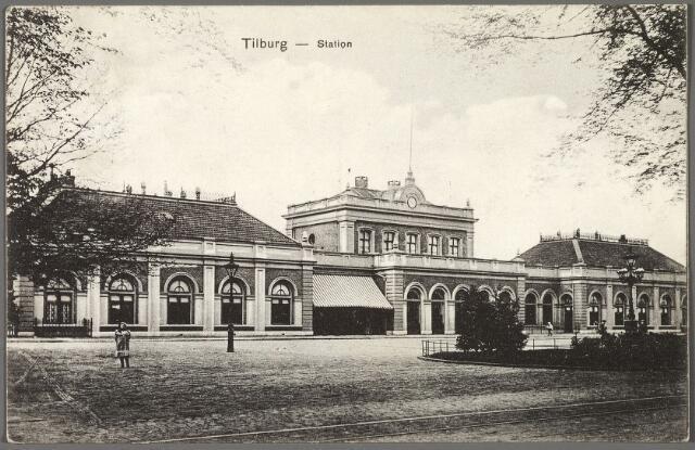 010353 - Station, Spoorlaan. Rechts een vijfarmige straatlantaarn die geplaatst werd in 1881.