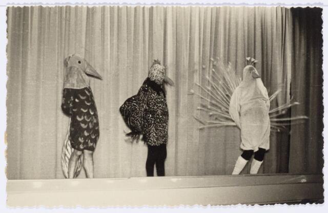 104021 - Toneel.Revue 'lo me nie lage'Korvels prentenboek 1850-1950, opgevoerd t.g.v. het 100-jarig bestaan van de parochie Korvel. Zevende tafereel van het 2e bedrijf: voliérevogels maken een slippertje. Pauw (J. Oosterbaan), haan (Heuer) fazant (a. van Dongen)