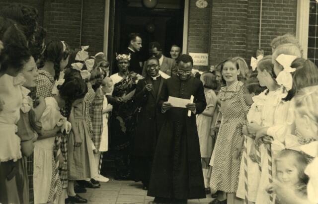 650649 - Schmidlin.Hoog bezoek bij het St. Josephshuis St. Anna aan het Wilhelminapark, later kindertehuis Maria Goretti. De Zusters karmelitessen van het Goddelijk Hart hielden zich hier bezig met de zorg voor verwaarloosde kinderen. Foto eind jaren veertig.