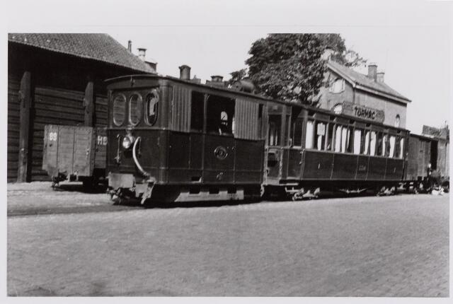 041476 - Openbaar vervoer. Hollandse Buurtspoorwegen. Tramlocomotief nr. 12 met wagons op de Spoorlaan.