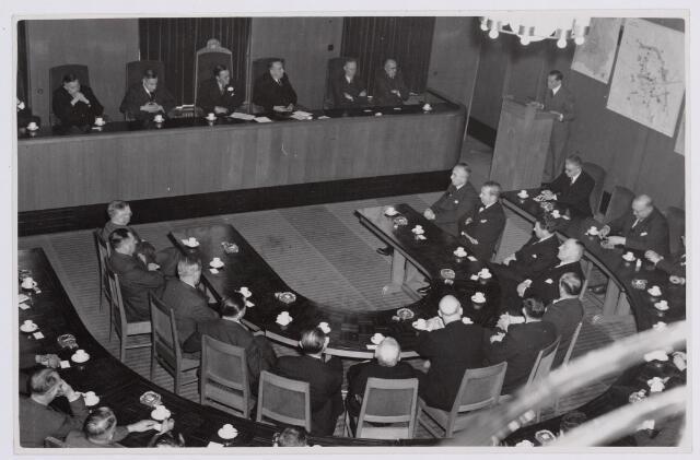 037698 - Textiel. Ontvangst van prins Bernhard in de raadszaal van het Paleis-Raadhuis tijdens zijn bezoek aan Tilburg op 13 november 1950. Nadien zou hij nog een bezoek brengen aan de Hogere Textielschool en wollenstoffenfabriek H. F. C. Enneking