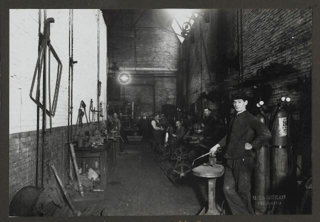 071874 - De smederij van stoomververij en chemische wasserij De Regenboog aan de Bredaseweg. De foto is afkomstig uit een album dat werd gemaakt en aangeboden naar aanleiding van het 40-jarig jubileum van textielfabriek De Regenboog van de firma Janssen en Bierens op 2 december 1930.