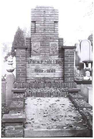 016026 - Kerkhof aan de Bredaseweg. Graf van dr. Hendrik Willem Evert Moller (1869 - 1940) en zijn echtgenote Alice Elisa Theonia Bourgonjon.  Het echtpaar huwde op 10 juli 1902. Het grafmonument werd in 1940 vervaardigd door aannemersbedrijf J. Dekkers & Zn. Het ontwerp is waarschijnlijk van Gerard P.D. Bourgonjon (1871-1963).