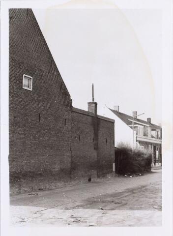 014113 - Zijgevel van de onbewoonbaar verklaarde woning Akkerstraat 37, gezien vanuit de Roggestraat