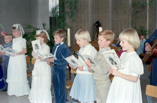 655256 - Eerste Heilige Communie viering bij Koningshoeven in Berkel-Enschot in 1981.