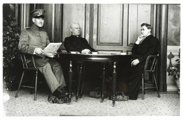 054688 - In het midden pastoor Jurgens in zijn pastorie aan de Koestraat. Links een ingekwartierde Nederlandse officier tijdens de Eerste Wereldoorlog. Rechts de kapelaan.