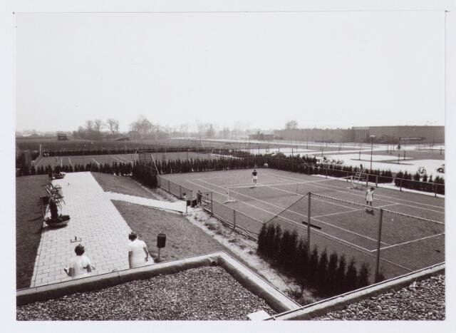 062701 - Sport. Aanleg sportcomplex: tennisbanen aan de Generaal Eisenhowerweg