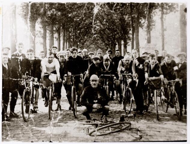 """047680 - Wielerclub 'Steeds Sneller', opgericht op 3 april 1921 in het café van Bet de Vries, werd geliquideerd in 1927.  Op de eerste rij v.l.n.r. Rie Stabel, Piet Vervlossen, Dirk Brok, Lenard Hoogendoorn, Piet Schuurkes, Jan Stabel en Harrie van Beurden. Op de voorgrond 'Baoike"""" Brok. Links achter Lenard Hoogendoorn, Nellis van Broekhoven. Rechts achter Lenard Hoogendoorn, Janus van Oisterwijk."""