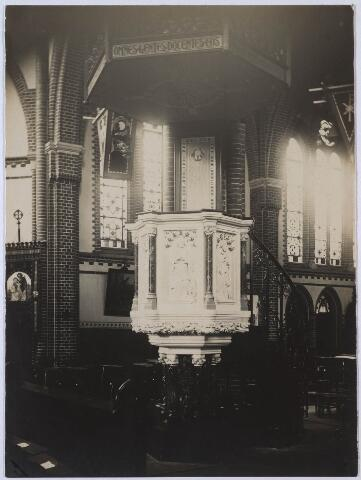 023798 - Preekstoel in de kerk van de parochie Besterd aan de Koestraat in 1925