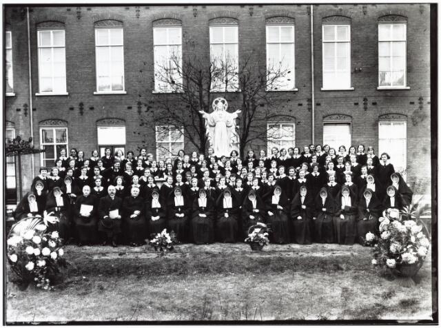 009371 - Kloosters. Het 100 jaar bestaan van de Zusters van O.L.V. Moeder van Barmhartigheid (Zusters van Liefde) aan de Oude Dijk. Groep studenten kweekschool . Op de achtergrond het Heilig-Hartbeeld.