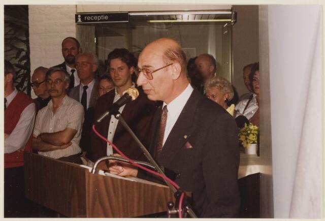 085610 - burgemeester J.Dosker spreekt de afscheidnemende wethouder Th.Steemkamp tie i.v.m. diens benoeming tot burgemeester van Hontenisse.