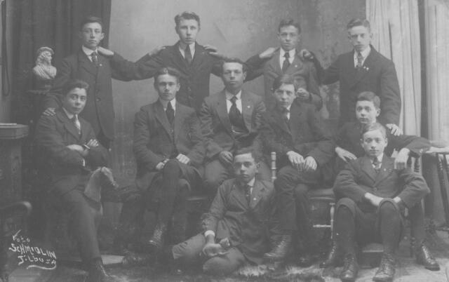 065757 - Kermisfoto van leden van het Leo patronaat.