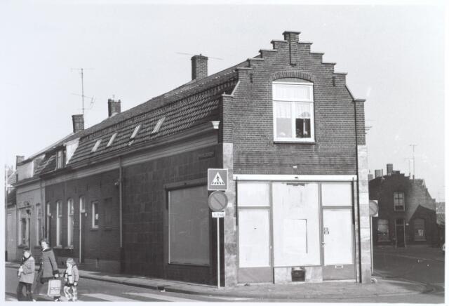 015221 - Voormalige levensmiddelenwinkel van André van Hilst op de splitsing Bisschop Zwijenstraat (links) en Piusstraat (rechts)
