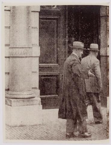 040861 - Bestuur St. Lambertus te Tilburg o.a. de Tilburger vd Meys, op bezoek bij het ministerie van Binnenlandsezaken i.v.m. de Textielstaking sept. 1935.