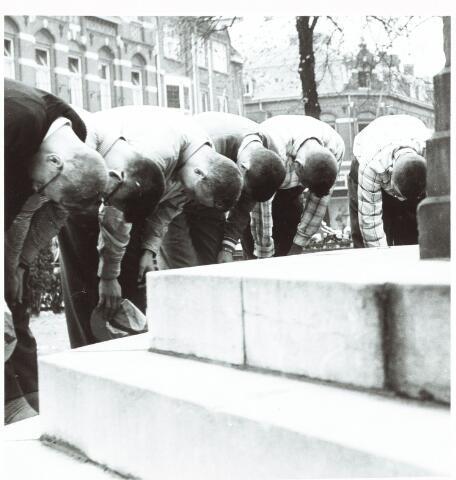 051981 - Hoger Voortgezet Onderwijs. R.K. Studentenvereniging St. Olof. Gekortwiekte eerstejaars studenten tijdens hun ontgroening in 1957 buigen voor het standbeeld van koning Willem ll op de heuvel.