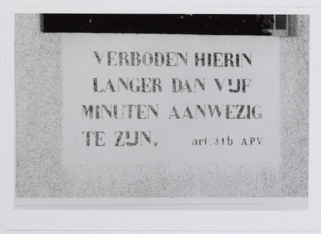 041974 - Volksgezondheid. Opschrift in een openbaar urinoir in 1958. Op diverse plaatsen in de stad, onder andere in de Goirkestraat, het Korvelplein en de Koningin Julianastraat, stonden dergelijke urinoirs voor mannen.