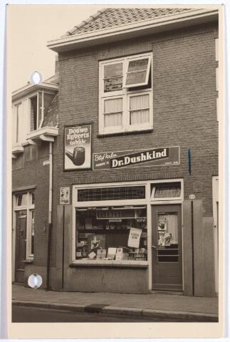 015224 - Winkel in rookartikelen van C. Tooten aan de Bisschop Zwijsenstraat