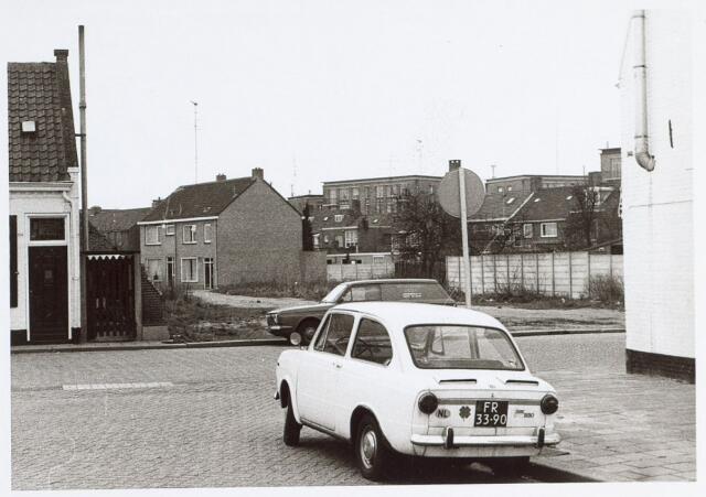 014727 - Stadsvernieuwing. Doorkijk in de Berkdijksestraat na de sloop van enkele panden. De flats op de achtergrond staan aan de Johannes van Zantenstraat