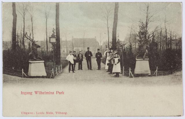 002825 - In 1898 namen de bewoners van de Veldhoven het initiatief om twee herten te plaatsen bij de ingang van het Wilhelminapark. Toen deze herten tijdens de oorlog, toen het park de naam Noorderpark droeg, verdwenen, ging het gerucht dat ze door de Duitsers waren weggehaald om ze om te smelten voor de oorlogsindustrie. Na de oorlog werden de herten teruggevonden in een opslagplaats bij het Wilhelminakanaal. Ze bleken niet van brons te zijn, zoals algemeen was aangenomen, maar van zink.