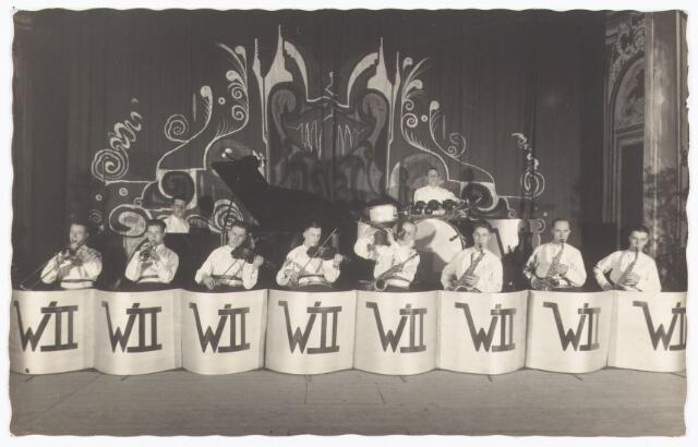 052510 - Muziekleven. popmuziek. Willem II orkest. vlnr: Kruisselbergh, nn, Jan Scholberg, Simons, Henk van Hooff, nn, nn, Frans Heffels, piano Harrie Möller, Drum Miel Verbunt o.l.v..