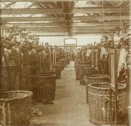 653473 - Interieur. Textielfabriek Gebroeders Diepen. Fabrieksarbeiders (Origineel is een stereofoto.)