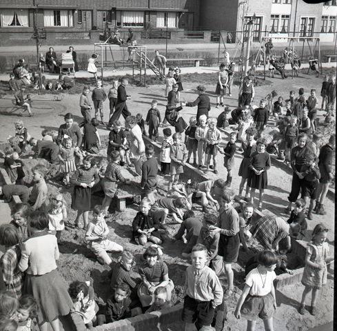 653822 - Spelende kinderen in de zandbak van de Theresiaspeeltuin.