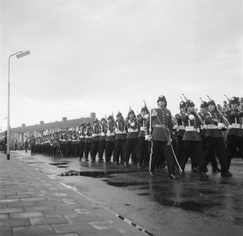 050587 - Parade t.g.v. de onthulling van het Irene Brigade monument in 1955.