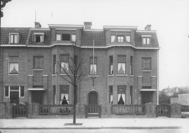 065725 - Prof. Dondersstraat, van rechts naar links de huisnummers 23 t/m 27. Van de nrs. 23/25 waren de eerste bewoners de broers Mathieu H.A.M. Maessen geb. Tilburg 12.11.1897, manufacturier, getrouwd met Maria E.A. Bomers, en Hubertus Th.C.M. Maessen geboren te Tilburg op 11.7.1896 en getrouwd met Amalia M. Marneffe uit Laeken (B). Dit gezin emigreerde in 1929 naar Canada. Na de tweede wereldoorlog werd dit pand, huisnummer 25, in beslag genomen door de geallieerde strijdkrachten. De eerste bewoner van pand nr. 27 was, vanaf 1922, fabrikant Joseph Fr.L. Franken, geboren te Tilburg op 21 februari 1892 en getrouwd met Louisa M.J.J. van Hoek.