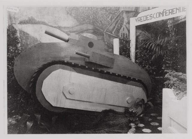 040224 - Jaarlijkse feestetalage van de slagerij Leo Lejeune op Witte Donderdag. Thema oorlog en vrede gesymboliseerd door de tankwagen en het bord vredesconferentie.