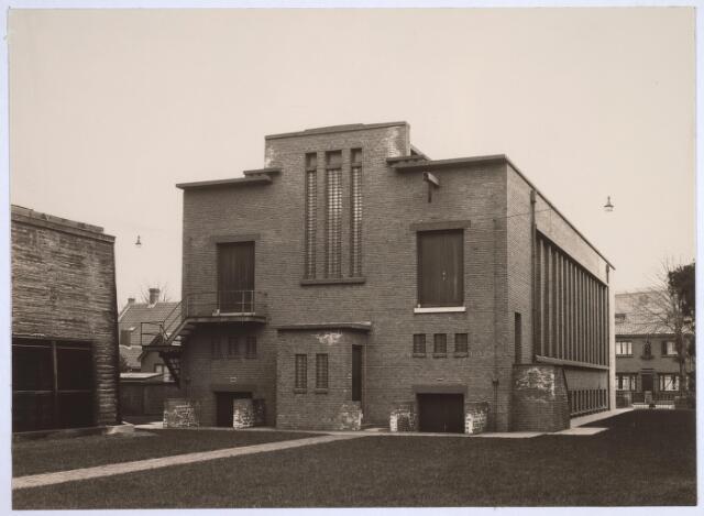 025183 - Achterzijde van het schakelstation van het Gemeentelijk Energiebedrijf aan de Lange Nieuwstraat in 1932