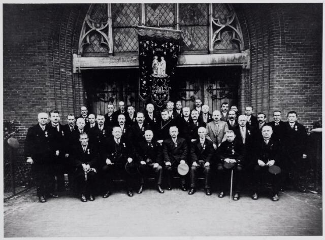 045494 - Leden van de H. Familie, gefotografeerd voor de kerk van St.-Jans Onthoofding.