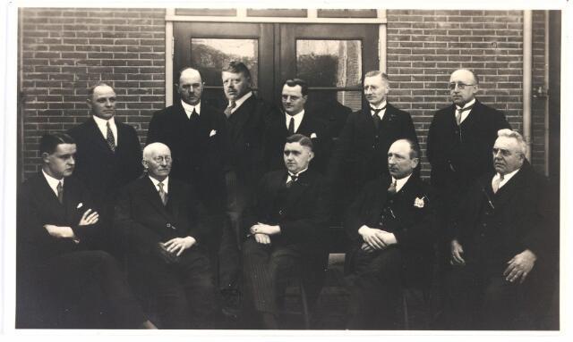 009402 - Groepsfoto. Erecomité Gouden vestigingsfeest  van de Paters Capucijnen te Tilburg;zie foto 4797. Het comité bestond uit Tilburgse notabelen.