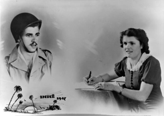 """650422 - Schmidlin. Een geretoucheerde foto die kon worden besteld bij atelier Schmidlin als het 'Indië-Visioen"""". Een foto van de in Nederlands-Indië gelegerde soldaat werd gecombineerd met een studio-opname van zijn verloofde."""