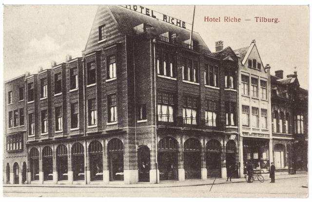 000809 - Horeca. Hotel Riche aan de zuidzijde van de Heuvel op de hoek van de toenmalige Prinses Julianastraat. Rechts van hotel de winkel van Henro van de Velden, winkelier in kruidenierswaren en comestibles, vervolgens garage Knegtel, vroeger bakkerij van de weduwe Knegtel-Beijens.