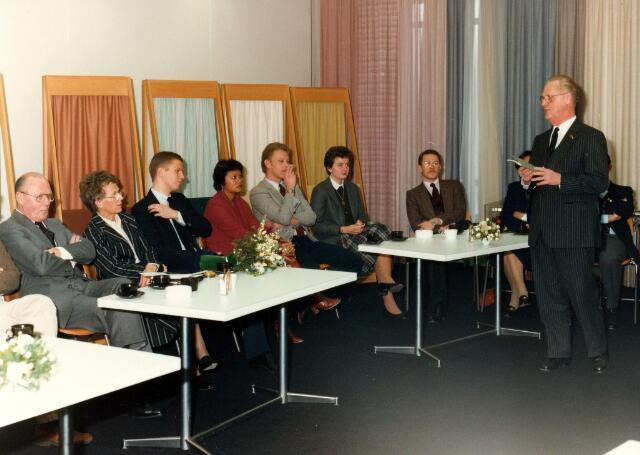065025 - Jan Mes houdt een toespraak in de showroom van de firma Van Besouw bij het afscheid van zijn broer Gom Mes als directeur. Textielindustrie